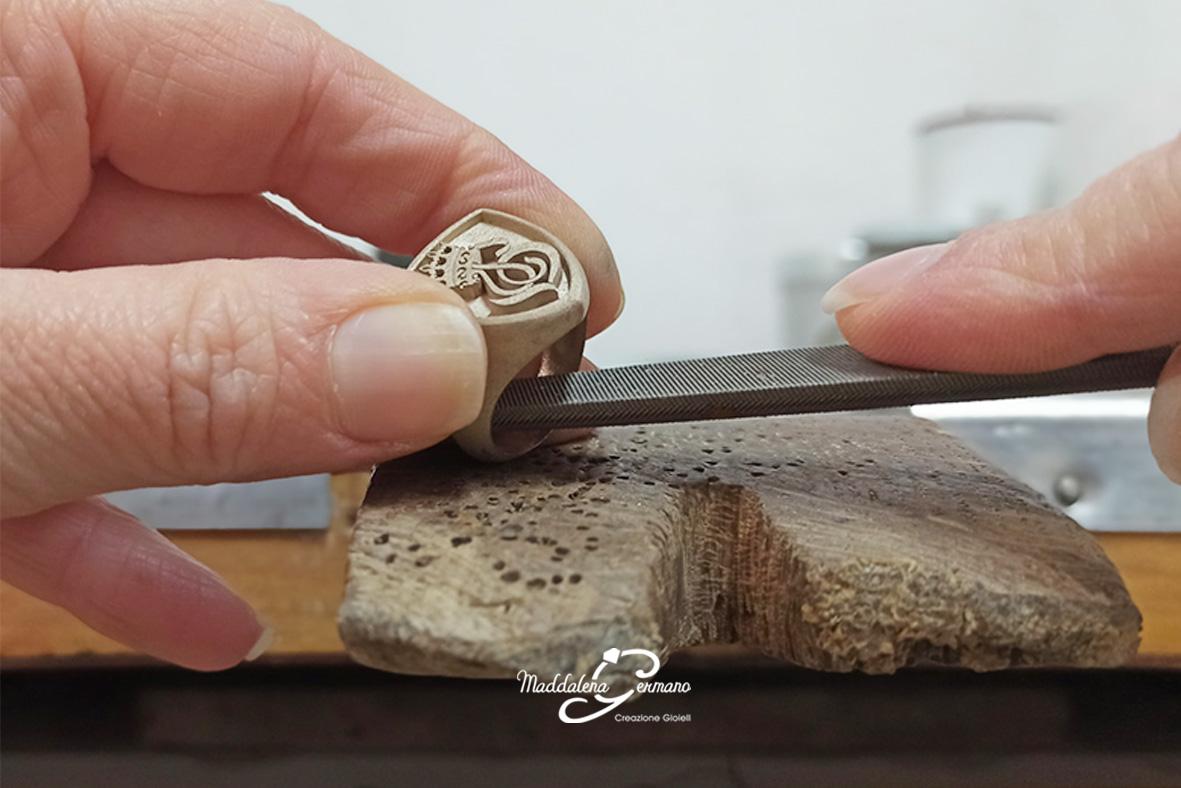 Anello tatuaggio - oro bianco 18 kt e smalto nero - fase lavorazione- Maddalena Germano
