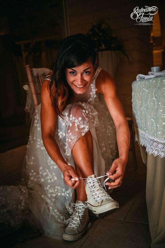 sposa con sneaker tema viaggio