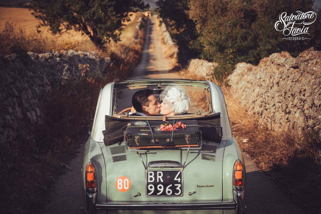sposi macchina d'epoca in viaggio